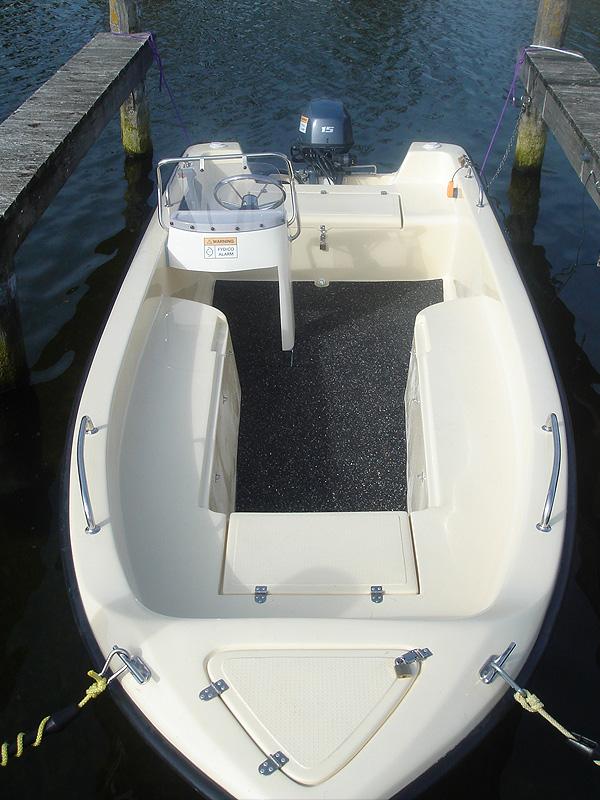Angeblboot 4,80 mit Steuerstand - Heckansicht